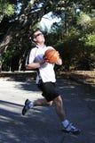 在一个室外法院的篮球上篮 免版税库存照片
