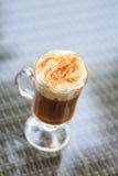在一个室外酒吧的浓咖啡 圣帕特里克假日的概念 H 免版税库存图片
