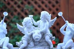 在一个室外风景的庭院天使 图库摄影