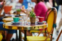 在一个室外巴黎人咖啡馆的咖啡杯 免版税库存图片