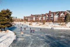 在一个室外滑冰的溜冰场的冬天乐趣 免版税库存图片