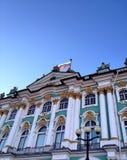 在一个宫殿的俄国旗子在圣彼得堡 库存图片