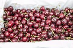 在一个容器的新鲜的成熟樱桃出售的在轰隆Lampu市场,曼谷,泰国上 免版税图库摄影