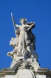 在一个宽容大教堂屋顶的宗教雕象 免版税库存图片
