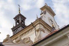在一个宽容大教堂的屋顶的十字架 图库摄影