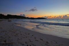 在一个宽沙滩的太阳上升 图库摄影
