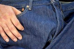 在一个对的口袋的手牛仔布牛仔裤 免版税库存图片
