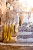 在一个寺庙有早晨阳光的, Sukhothai,泰国的菩萨手 免版税库存图片