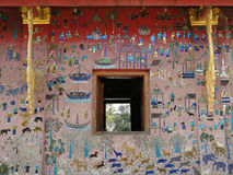 在一个寺庙的外墙马赛克在琅勃拉邦 库存图片