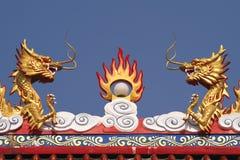 在一个寺庙的屋顶的两个中国龙雕塑在泰国 免版税库存照片