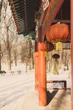在一个寺庙的日文报纸灯笼在冬天 免版税库存图片