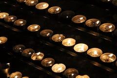 在一个寺庙的祈祷的记忆蜡烛在黑暗 免版税图库摄影