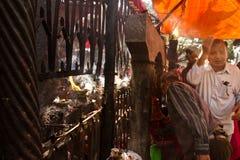 在一个寺庙的祝福在加德满都,尼泊尔 免版税库存图片