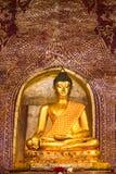 在一个寺庙里面的金黄菩萨图象在泰国 免版税库存照片