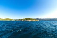 在一个小克罗地亚海岛上的白色灯塔 库存照片
