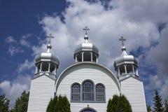 在一个小农村国家白色教会的三个尖顶 免版税库存图片