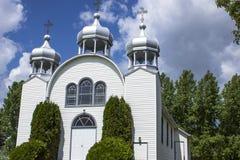 在一个小农村国家白色教会的三个尖顶 库存照片