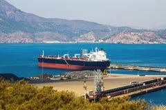 在一个小口岸的大船只负荷 图库摄影