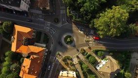 在一个小圆交叉点附近的汽车驱动 股票视频