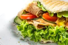 在一个小圆面包的Kebab与菜和肉 免版税库存照片