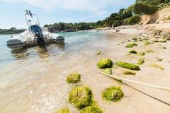 在一个小小海湾停泊的橡皮艇 免版税库存照片