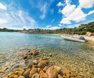 在一个小小海湾的橡皮艇在撒丁岛 免版税库存照片