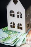 在一个小屋的金钱 五十张和一百张钞票 抵押co 免版税库存图片