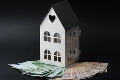 在一个小屋的金钱 五十张和一百张钞票 抵押co 图库摄影