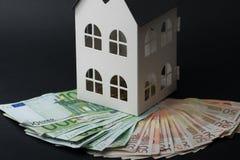 在一个小屋的金钱 五十张和一百张钞票 抵押co 库存照片