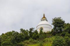 在一个小山顶的Shanti Stupa在阿南达小山在博克拉 图库摄影