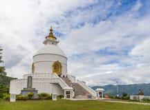 在一个小山顶的Shanti Stupa在阿南达小山在博克拉 免版税库存图片