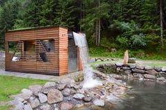 在一个小木小屋的人为瀑布 图库摄影