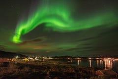 在一个小村庄上的北极光 免版税图库摄影