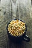 在一个小杯子的五颜六色的蒸丸子 库存图片
