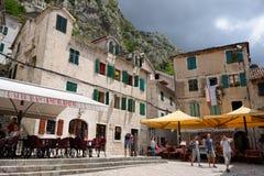 在一个小正方形的看法在老镇在科托尔,黑山 免版税库存照片
