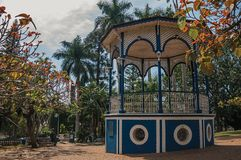 在一个小正方形的老和五颜六色的眺望台在充分嫩绿的庭院树中,在São曼纽尔的一个晴天 库存图片