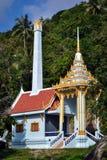 在一个小泰国村庄的镀金的白色佛教寺庙 免版税库存图片