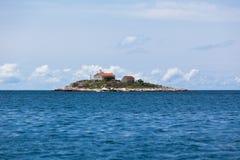 在一个小海岛上的灯塔在亚得里亚海 库存图片