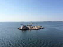 在一个小海岛上的灯塔在哥特人前面 免版税图库摄影