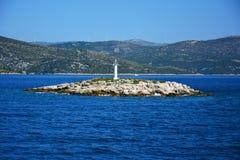 在一个小海岛上的自动灯塔在克罗地亚 库存图片
