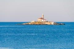 在一个小海岛在罗维尼,克罗地亚附近的Sveti伊冯上的灯塔 库存图片