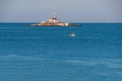 在一个小海岛在罗维尼,克罗地亚附近的Sveti伊冯上的灯塔 免版税库存照片