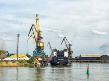 在一个小海港的船坞起重机 图库摄影