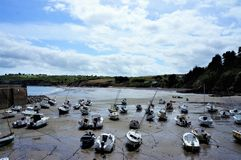 在一个小海滩的搁浅的小船在布里坦尼法国欧洲 免版税图库摄影