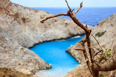 在一个小海滩的岩石 免版税库存照片
