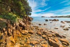 在一个小海滩的黄色岩石在撒丁岛 库存照片