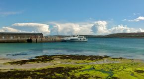 在一个小港口乘快艇在爱尔兰海岛Inishmoore 免版税库存图片
