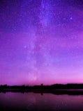 在一个小湖的夜满天星斗的天空 库存图片