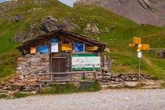在一个小湖的岸的老石瑞士山中的牧人小屋高山山的 grindelwald瑞士 库存图片
