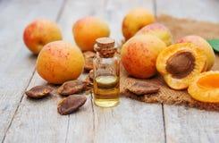 在一个小瓶子的杏子油 选择聚焦 图库摄影